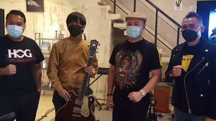 Disumbangkan buat Kemanusiaan Lelang Gitar Kesayangan Rian D'Masiv Dimenangkan Pengusaha Ini